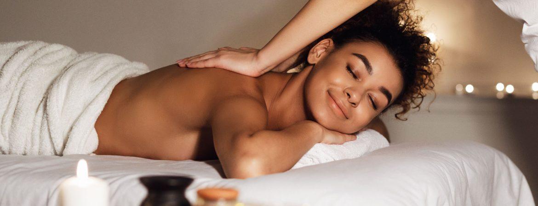 masseur-doing-massage-on-woman-body-in-spa-salon-SD5QFPU.jpg